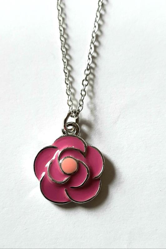 Bloemhanger roze aan zilverkleurige ketting