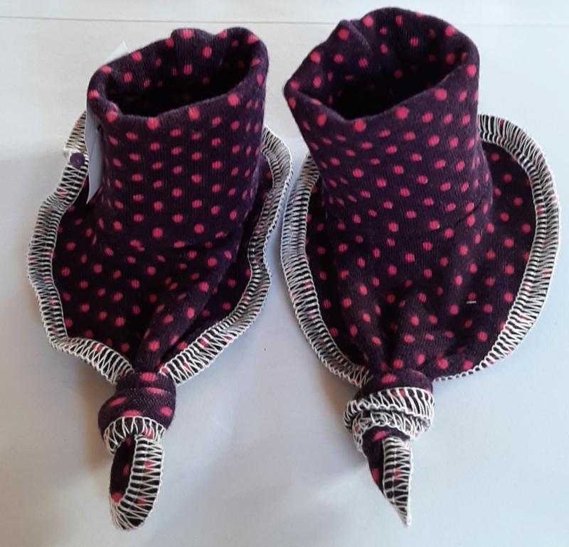 trico baby slofjes met stipjes  handgemaakt