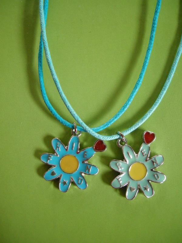 Best Friends hangers bloem/hartje aan blauwe veterketting