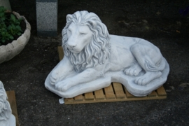 Twee liggende leeuwen set links en rechts
