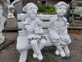 Jongen en meisje op bankje