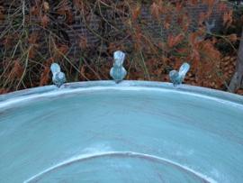 vogelbad van metaal met 3 vogeltjes op de rand zittend
