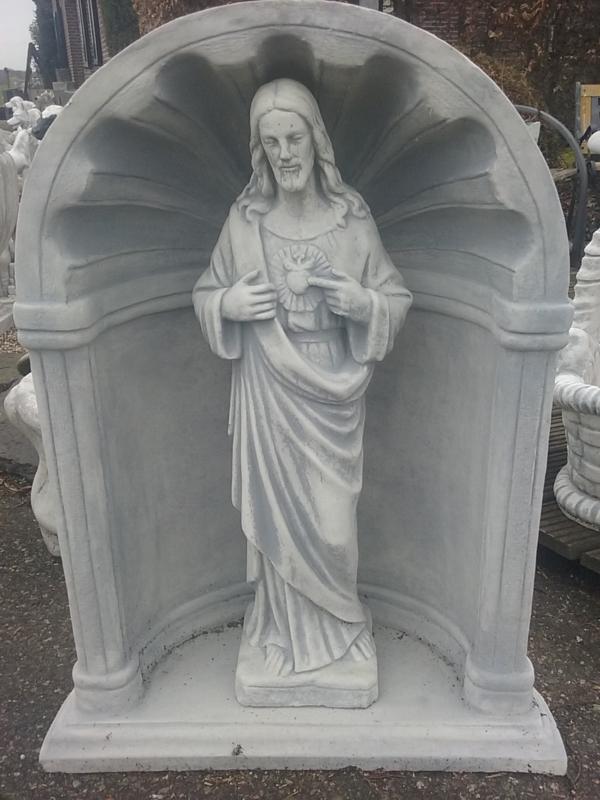 Jezus heilig hart tuinbeeld staand in nis