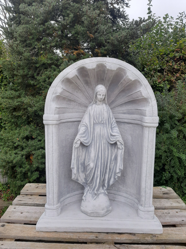 Maria tuinbeeld staand in Nis