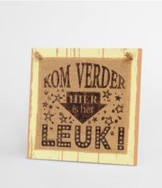 Wooden sign - Hier is het leuk! |