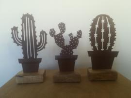 Set van 3 cactussen van metaal op houten voetje