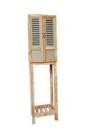 Hoog houten kastje met 2 deurtjes
