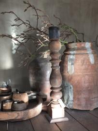 Hoge robuuste kandelaar oud hout 53cm nr 129