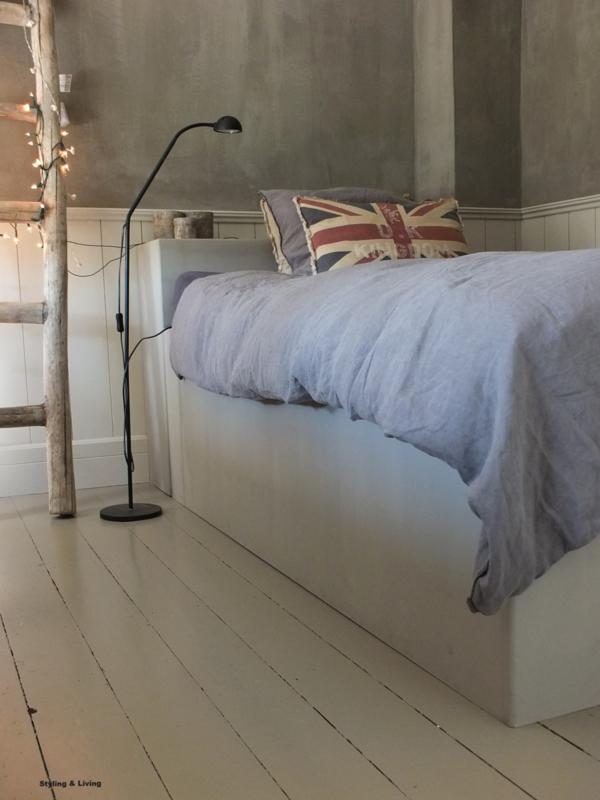 Bedden van MDF - 1 bed in Annie Sloan Graphite en 1 bed in Annie Sloan French Linen