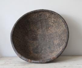 Grote oude gevlochten schaal  met leemlaag