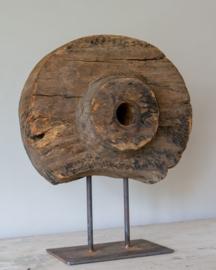 Antiek houten ornament op standaard