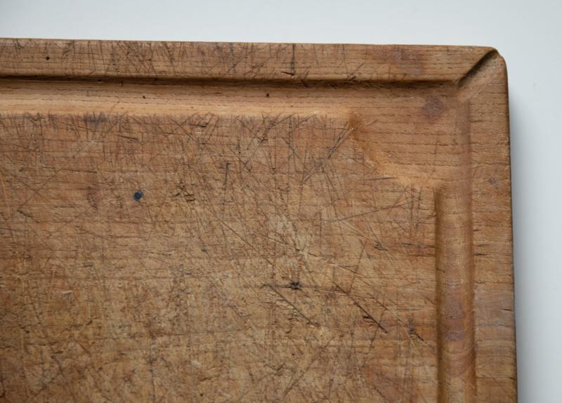 Oude snijplank met gootje