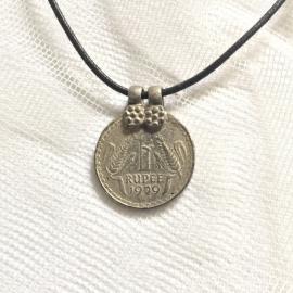 Amulet aan veter,  1 Rupee 1959, Geluksmunt