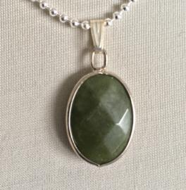 Jade (groene) ovale hanger facet aan bolletjesketting (verzilverd)