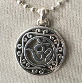 Ohm amulet aan bolletjesketting, verzilverd