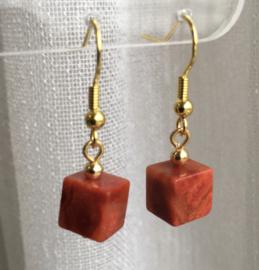 Koraaloorbellen kubus, rood, 3cm goudkleur/edelsteen