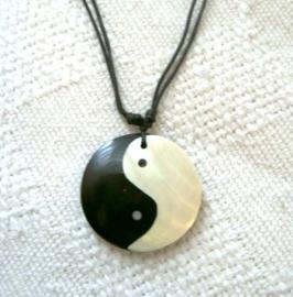 Yin Yang amulet - schelp inlay aan veter