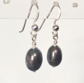Parel oorbellen, echt zilver, echte black pearls ca. 1 cm groot