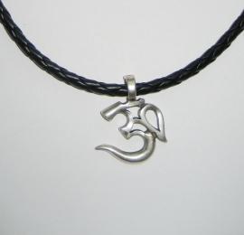 Ohm amulet, zilverkleur aan gevlochten veter