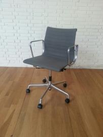 Eames bureaustoel EA 117 Vitra