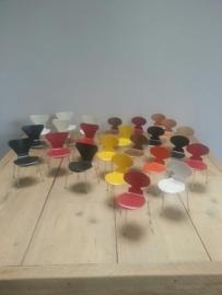 8 x vlinderstoel en 13 X de mier miniaturen  van Arne Jacobsen