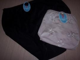 Set van 2 slips, 1x zwart en 1x huidkleur, luxe borduring, maat Medium.