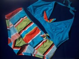 Trendy Halterbikini met Shortje in Hippe kleuren.