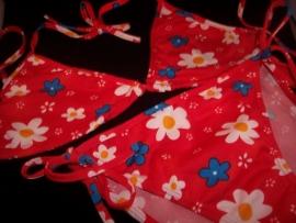 Vrolijke bikini rood met bloemen dessin 164/176