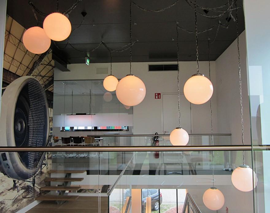 bol lampen wit aan ketting bij Tjellens Hengelohengelo.jpg