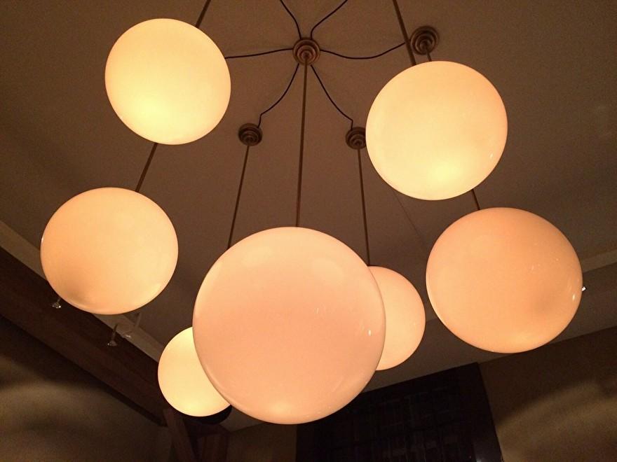 bol lampen wit en messing in restaurant breda in amsterdam.jpg