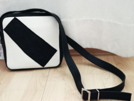 Zwart wit cross-over tasje met zalmleer als deco aan de voorkant   VERKOCHT