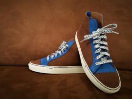 Leren sneakers die passen bij de blauw/bruine tassen