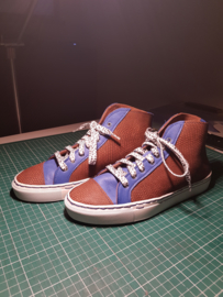 Bruin met blauwe hoge sneakers