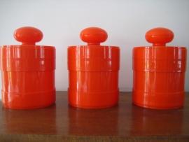 Voorraadpotten in oranje plastic