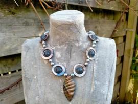 Lila/lavendel schelpen ketting met grijze glasparels