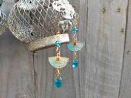 Zachtblauwe Bohemian waaier oorbellen met glasdruppels