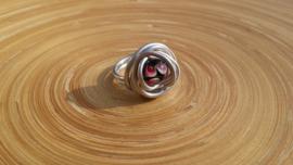 Wire ring met zwart/rode Murano glaskraal. Maat 21