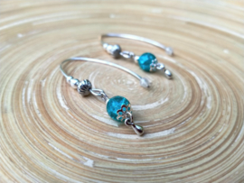 Turquoise oorbellen  met crinkle glasparels