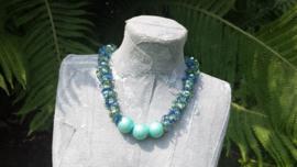 Korte turquoise ketting met Crinkle kralen en hokjeswol