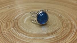 Donkerblauwe filigraan strass ring. Verstelbaar