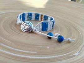 Blauw/witte armband van leer en keramiek