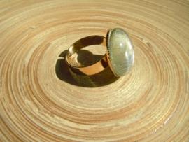 Goudkleurige ring met roomwitte glas nugget