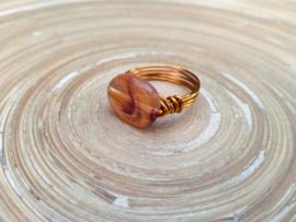 Koperkleurige wire ring in barnsteen look. Maat 17.5