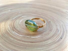 Goudkleurige wire ring met groene glaskraal. Maat 18.5