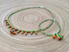Set korte ketting/choker en armbandje met fijne groen/oranje rocailles