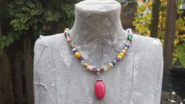 Korte ketting in multicolor met rode hanger