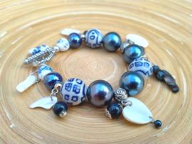 Armband in Delfts blauw met schelpkralen en onregelmatige zoetwaterparels