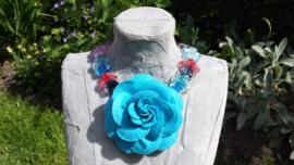 Gekleurde bloemenketting van glaskralen