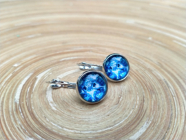 Oorbellen met klikhaakjes en Delfts blauw in de cabochons