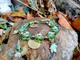 Armband met groene  bloem  glaskralen